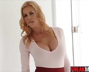 Awesome milf alexis fawx squirts all over quinn wilde face and share jizz flow