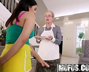 Mofos - i know that dirty slut wife - valentina nappi shows her thick butt