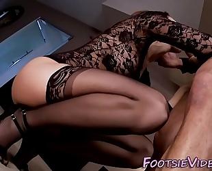 Fetish ho sucks cum toes